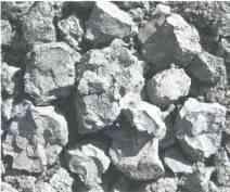 Добытые из глиняного карьера куски глины