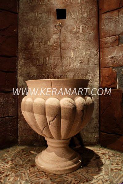 Чаша и ножка декоративного фонтана установлены
