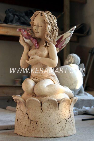 Декоративная садовая скульптура эльфа, держащего в руке морскую раковину. Художественная керамика.