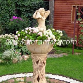 Садовый вазон на высокой ножке со скульптурой сидящей девочки